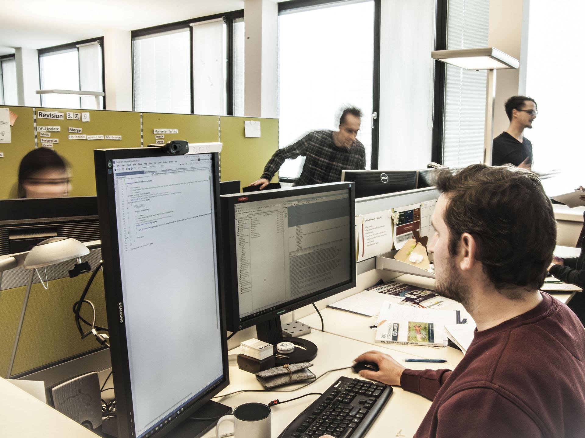 HAKOM Solutions GmbH Wien – Support + Services.